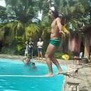 miniature pour Une marche sur la corde au dessus de la piscine tourne mal