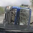 miniature pour Un camion se retourne et lui rentre dedans