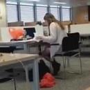 miniature pour Une fille regarde du porno à la bibliothèque
