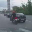 moto-voiture-doubler-meme-temps