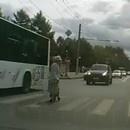 miniature pour Une vieille traverse lentement la route