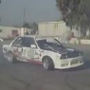 miniature pour Un homme conduit 2 BMW en même temps