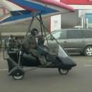 miniature pour Un deltaplane à moteur se ravitaille en essence