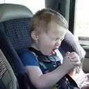 miniature pour 2 enfants en voiture écoutent du Korn