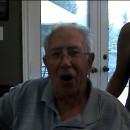 vieil-homme-voix-grave-avale-clou