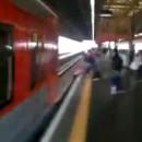 miniature pour Presque écrasée par un train en récupérant son téléphone