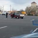 miniature pour Grand Père fait du Kung Fu dans le parking