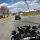 une-moto-de-police-poursuit-une-voiture