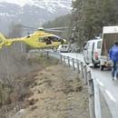 Un hélicoptère fait du surplace pour faire descendre un médecin