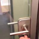 miniature pour Des portes de toilettes transparentes