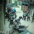 miniature pour Une petite fille tombe du 4ème étage en Chine