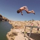 miniature pour Sauter dans un canal à l'aide d'un trampoline sur la falaise