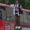 miniature pour Dynamo lévite près d'un bus londonien