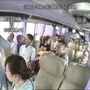 miniature pour Accident de Bus Spectaculaire sur une Autoroute en Chine