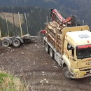 miniature pour Un camion avec une remorque fait demi-tour en montagne
