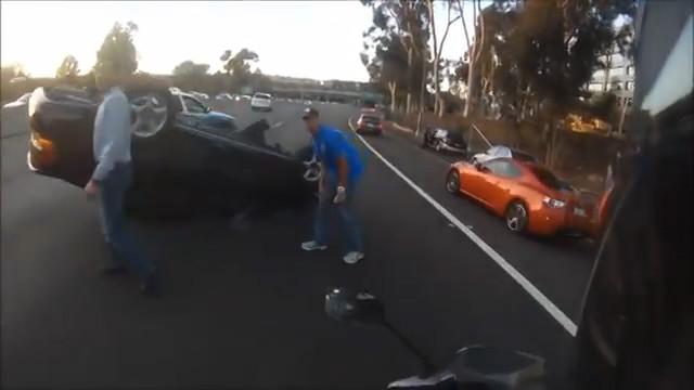 un motard sauve une fille bloqu e dans une voiture retourn e. Black Bedroom Furniture Sets. Home Design Ideas
