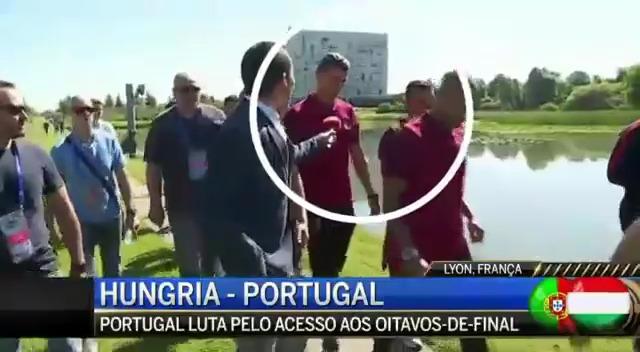 Ronaldo jette le micro d'un journaliste dans l'eau