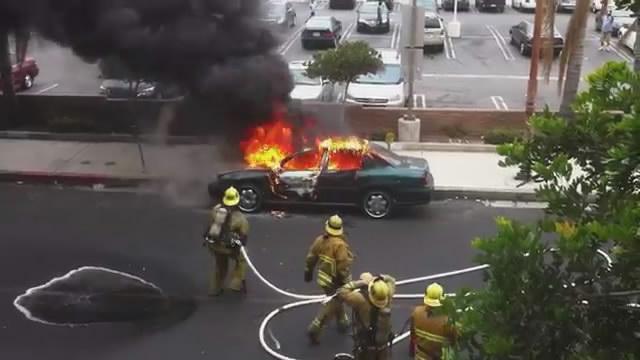 une voiture explose sur un pompier. Black Bedroom Furniture Sets. Home Design Ideas