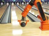 Un bras robot lance une boule de bowling