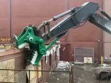 Un excavateur avec une tête de dinosaure